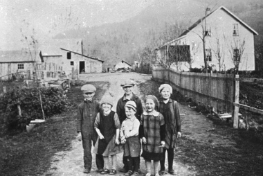 Children on Eckert Street in Yarrow, 1934. Image courtesy of the Mennonite Historical Society of British Columbia: 995.14#241.